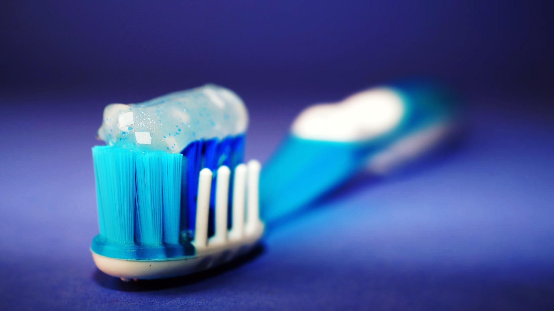 toothbrush-2589480_1920